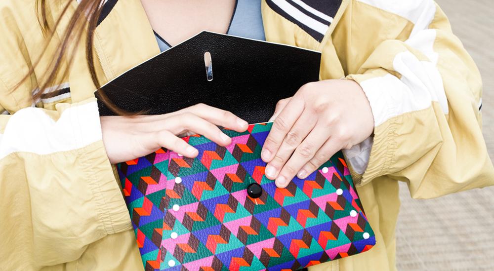 ragazza indossa una borsa in vera pelle italiana trasformabile fai da te costruita a mano con stampa kubi liberty of creation tracolla con stampa bianco e nero 3D