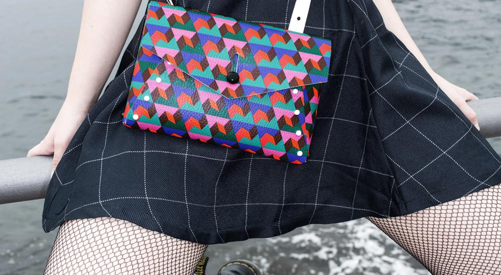 pollicina è la borsa piccola di liberty of creation indossata dalla ragazza davanti al mare di pompei fatta in vera pelle costruita a mano con il kit loc