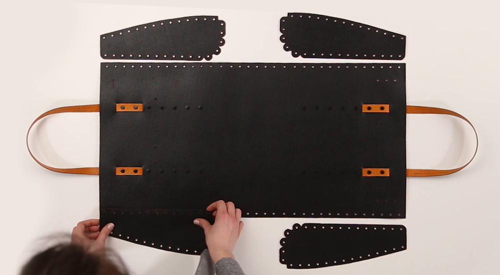 Assemblaggio dei pezzi di pelle che compongono la borsa Gulliver, fatta a mano e costruita da te con il kit borsa liberty of creation in vera pelle italiano vista interna della parte reversibile smontabile