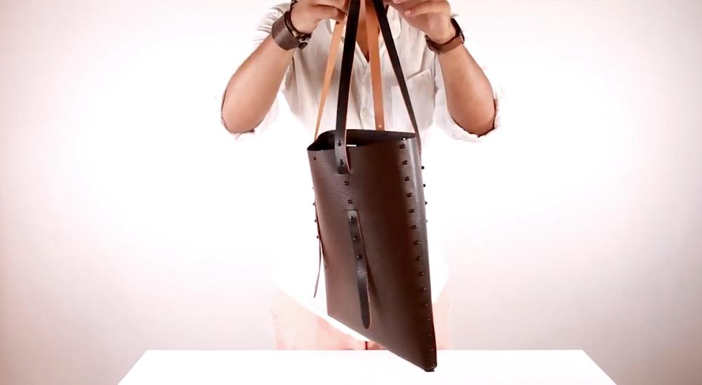 borsa lilliput in vera pelle ecologica da costruire con parti smontabili reversibili foto di borsa in pelle da assemblare con gemelli bianchi e neri, bottoni cuoio double face